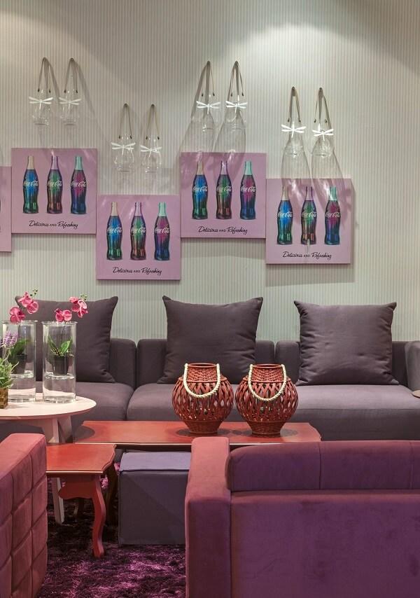 Decoração ousada com sofá roxo e mesa de centro vermelha