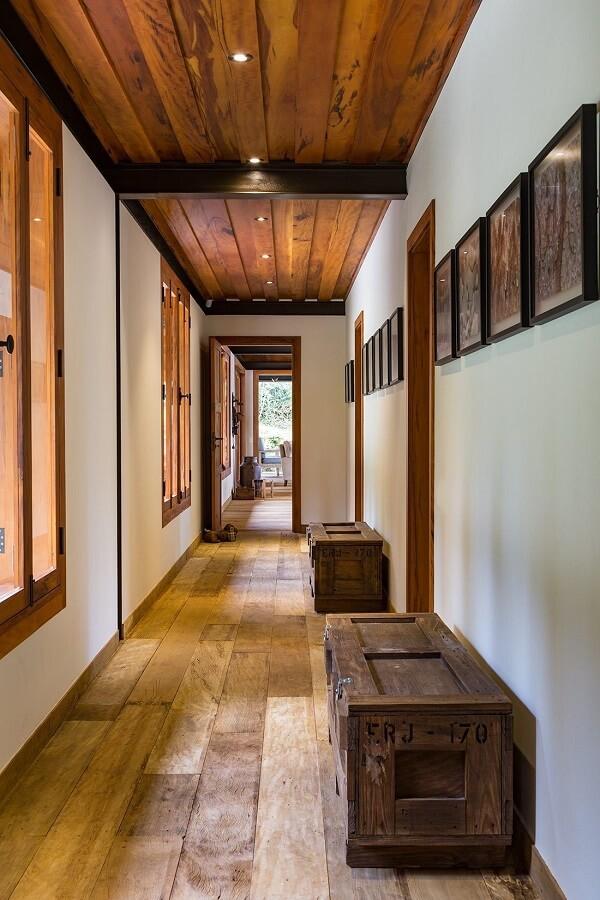 Decoração rústica com luminária para corredor interno embutida e discreta