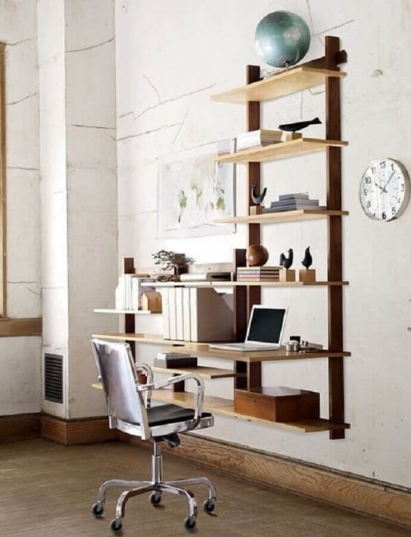Decoração simples com escrivaninha de madeira suspensa