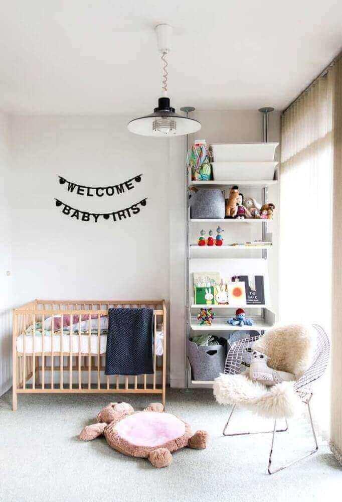 Decore o quarto do bebê com uma cadeira cromada moderna