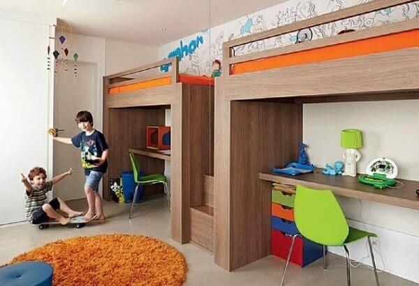 Em quartos espaçosos as crianças podem ganhar sua própria beliche com escrivaninha de madeira