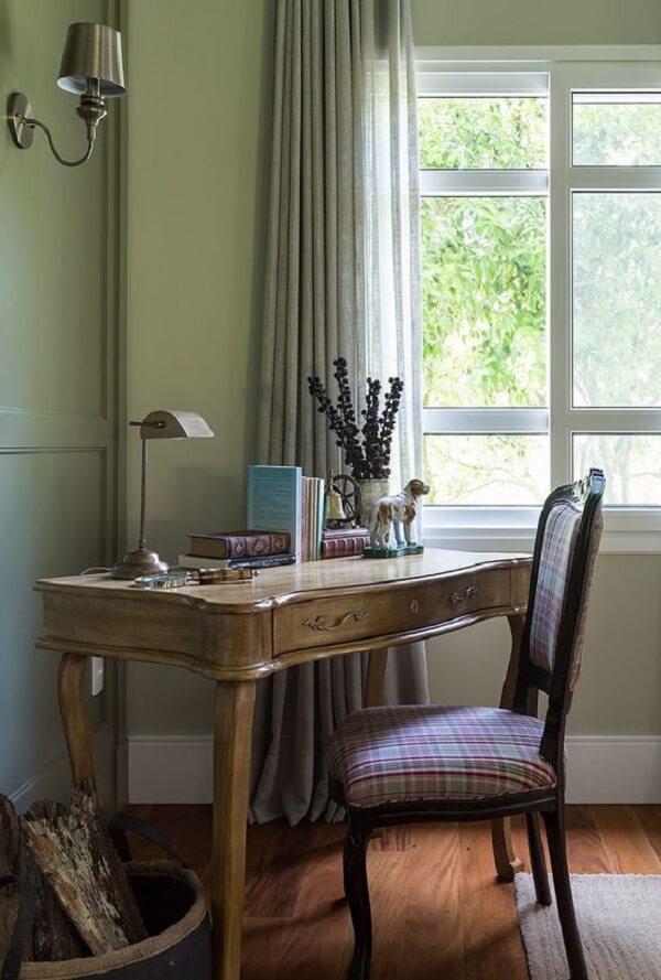 Escrivaninha antiga de madeira com acabamento delicado