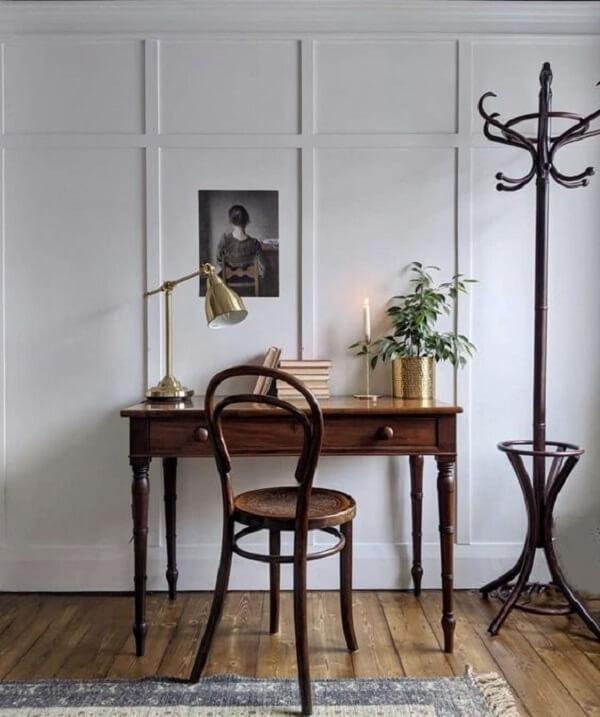 Escrivaninha antiga de madeira com duas gavetas