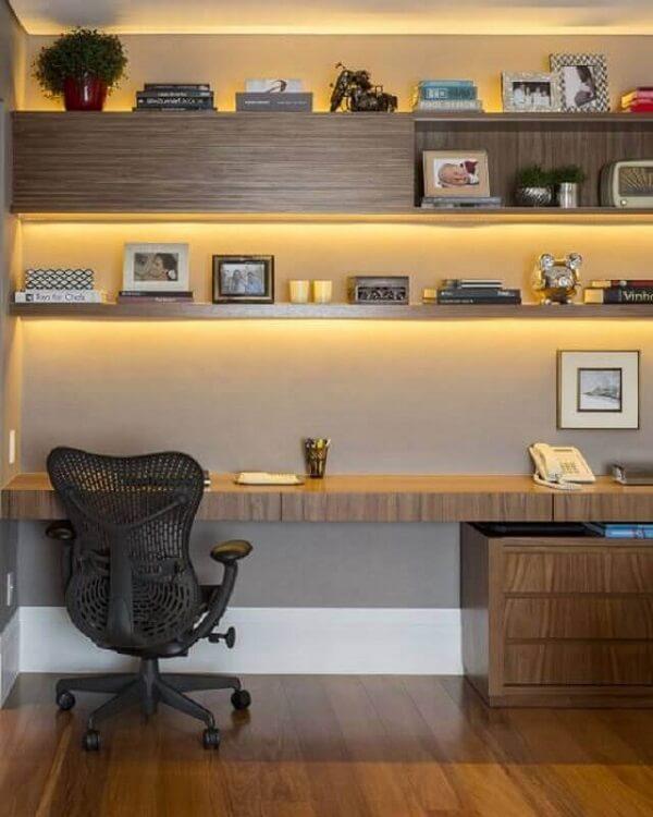 Escrivaninha cor de madeira com luz embutida nos nichos e prateleiras