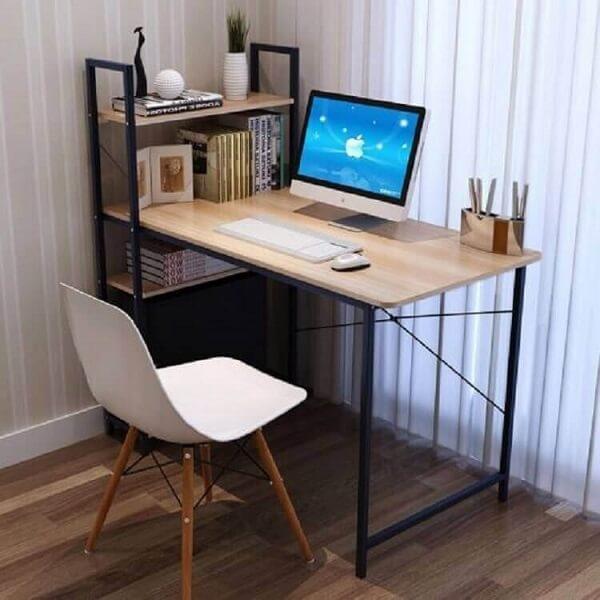 Escrivaninha de ferro e madeira com estante pequena na lateral