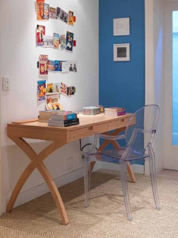 Escrivaninha de madeira com design ousado