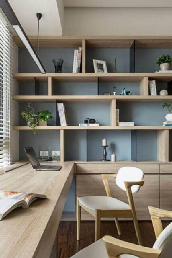 Escrivaninha de madeira em formato em L feita sob medida para o ambiente