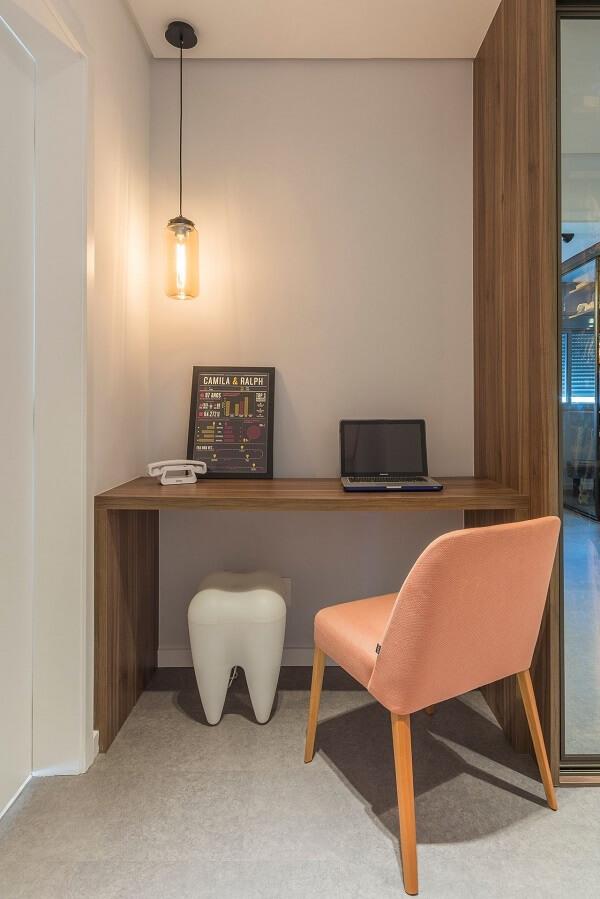 Escrivaninha de madeira feita sob medida para o espaço