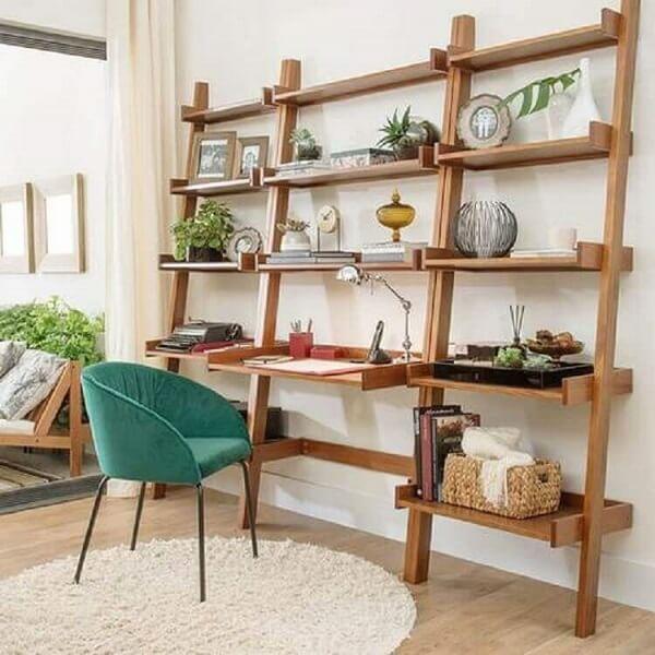 Escrivaninha de madeira rústica com várias prateleiras