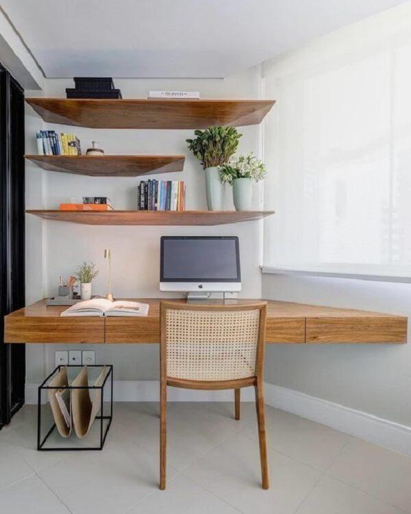Escrivaninha de madeira suspensa de canto é uma ótima alternativa para espaços pequenos