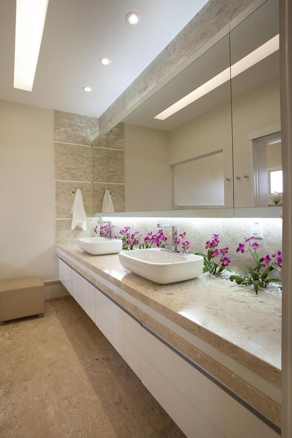 Espaço compartilhado com bancada de mármore e cuba de apoio para banheiro