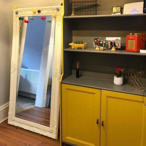 Espelho branco vintage decorado com adornos coloridos