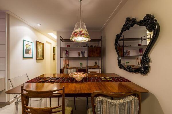 Espelho com moldura vintage decora a sala de jantar
