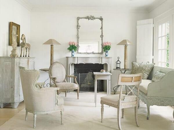 Espelho com moldura vintage e tons sóbrios decoram a sala de estar