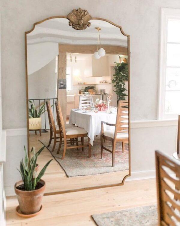Espelho de chão vintage grande com acabamento dourado