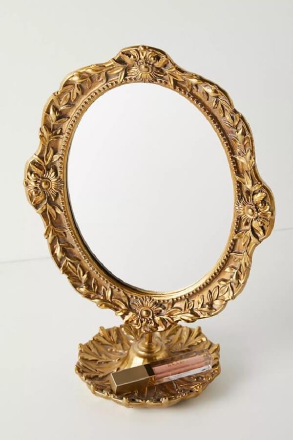 Espelho de mesa vintage com acabamento dourado