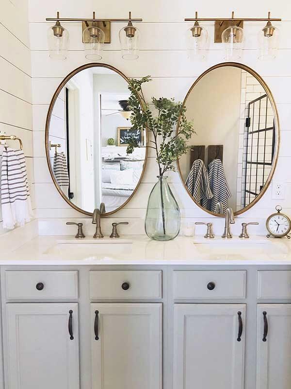 Espelho vintage oval foi a opção certa para esse banheiro compartilhado