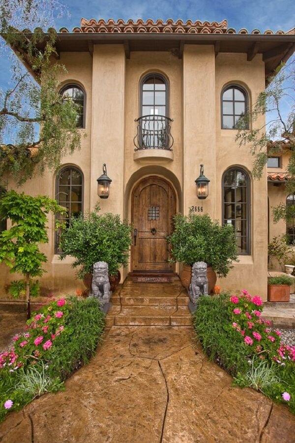 Fachada de casa majestosa com arandela colonial preta
