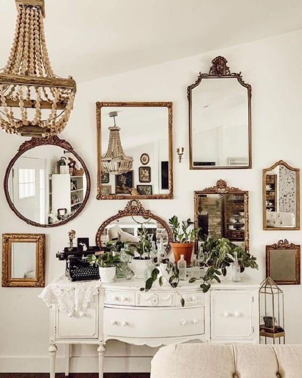 Fixe na parede diferentes modelos de espelho vintage