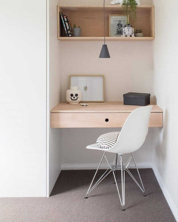 Home office pequeno decorado com cadeira pé cromado