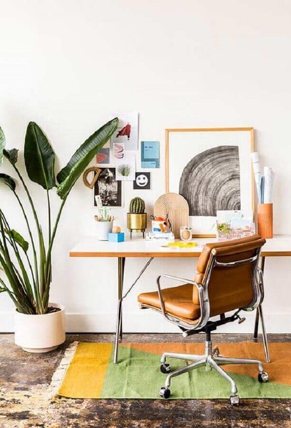 Invista em uma cadeira cromada giratória para o home office