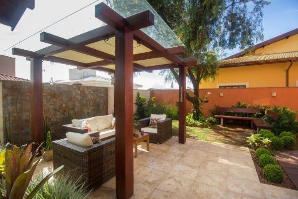 Jardim agradável com sofás e poltronas