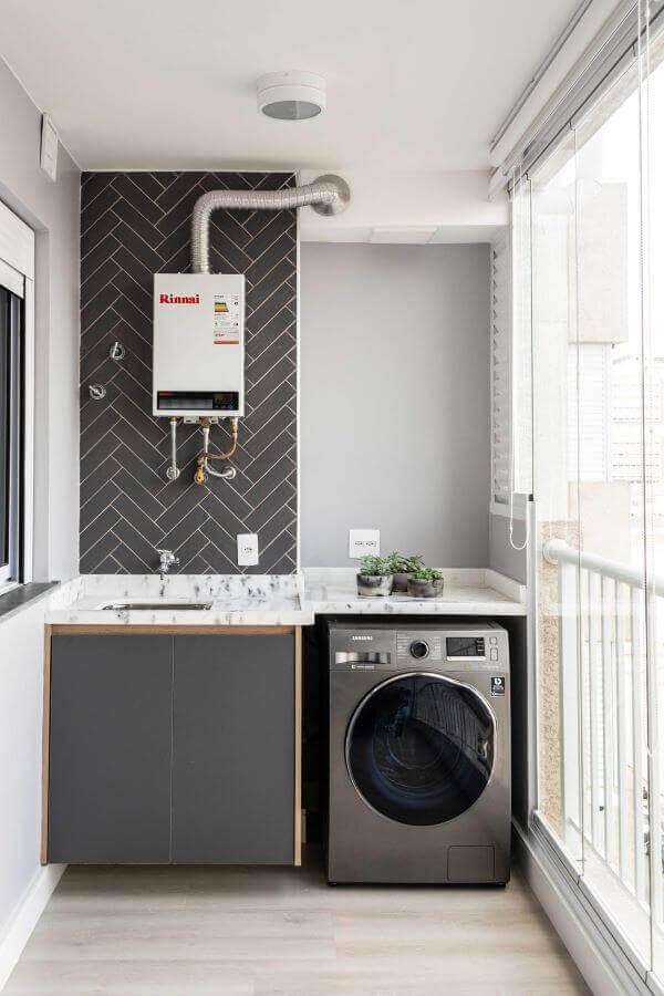 Lavanderia planejada com revestimento escuro traz um toque de elegância para o ambiente