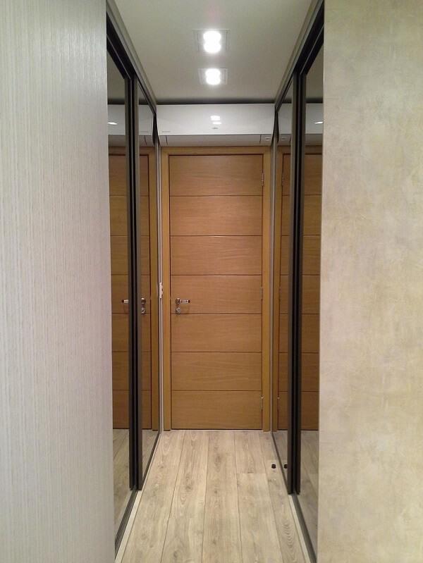 Luminária para corredor estreito com design discreto
