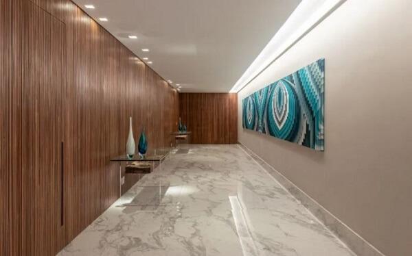Luminária para corredor interno instalada na lateral do teto