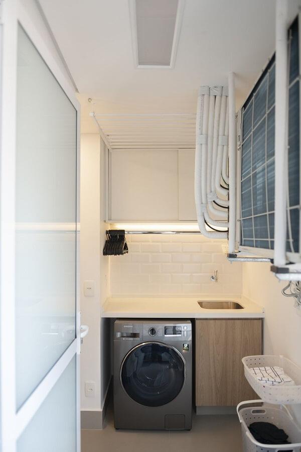 Móvel planejado amadeirado e revestimento para lavanderia branco