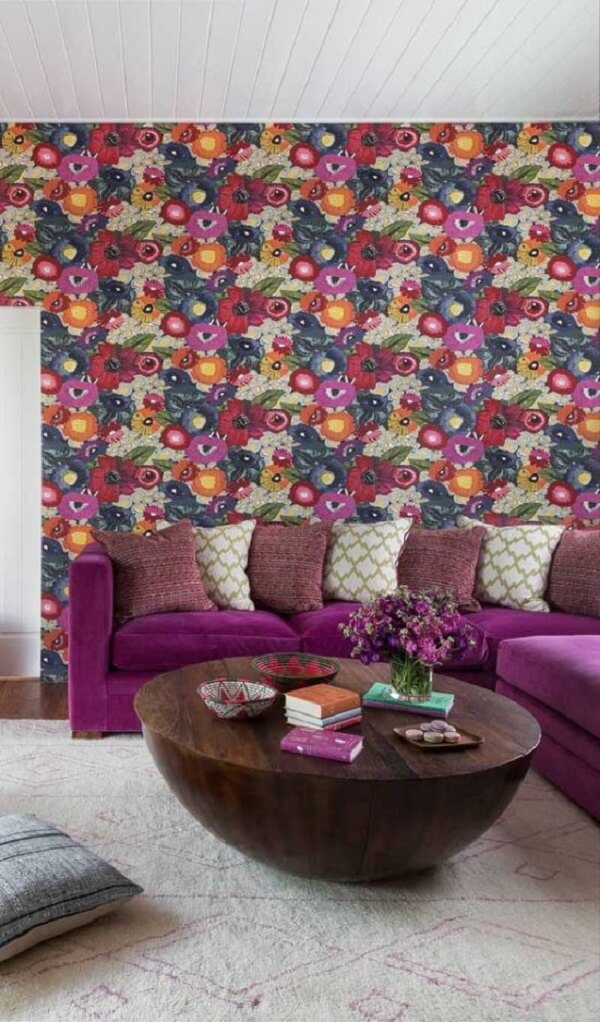Mesmo com sofá roxo o papel de parede rouba a cena na sala de estar
