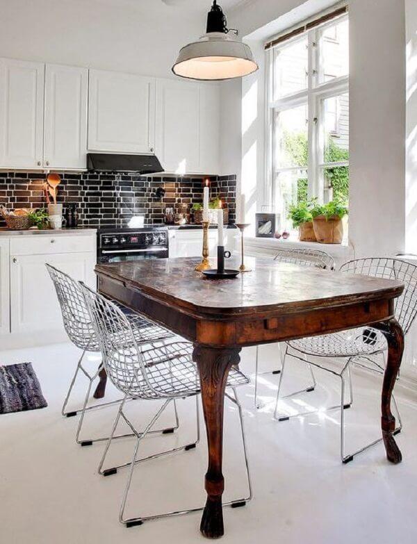 Mistura fina entre mesa de jantar de madeira e cadeira cromada