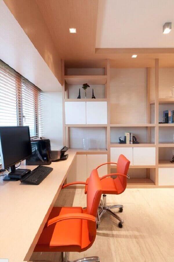 Modelo de cadeira pé cromado com estofado laranja