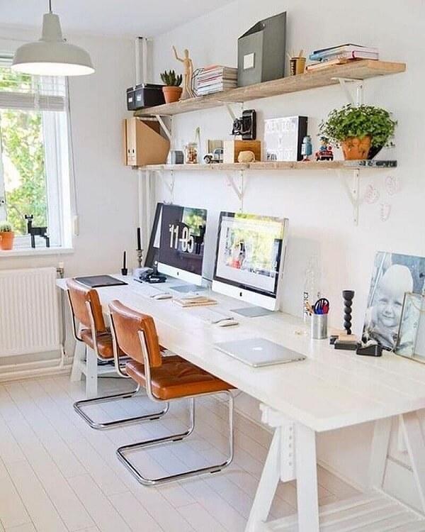 Modelo de cadeira pé cromado com estofado marrom decora o escritório