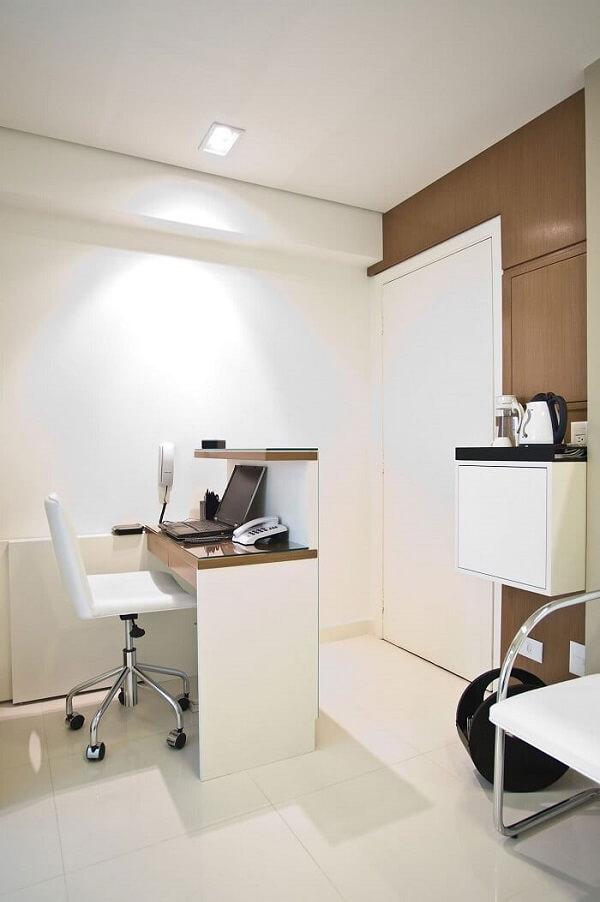 Modelo de cadeira pé cromado com estofamento branco para decoração clean