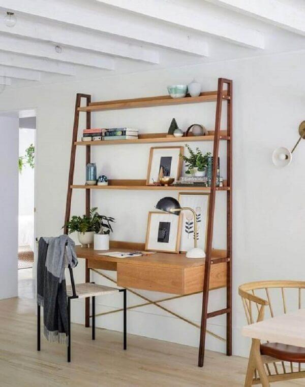 Modelo de escrivaninha cor de madeira com estante e gaveteiro