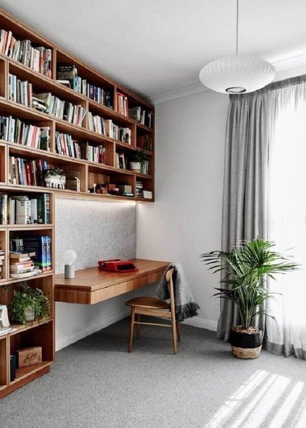 Modelo de escrivaninha cor de madeira planejada