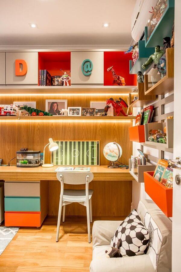 Modelo de escrivaninha de madeira para quarto suspensa otimiza o espaço
