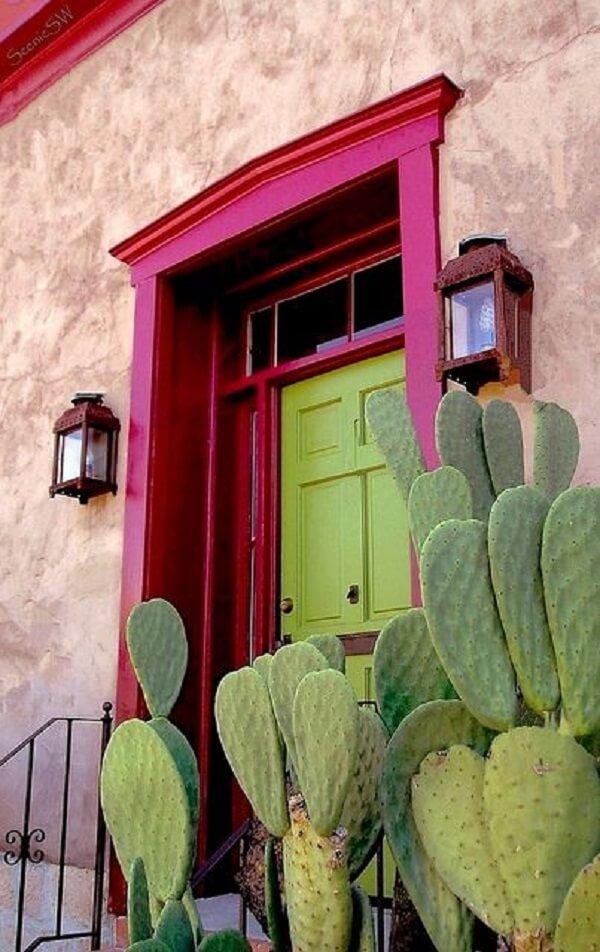 Modelo de luminária arandela colonial fixada na fachada da casa