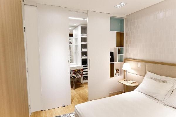 Modelo de porta de correr para quarto pequeno esconde a área de penteadeira e closet