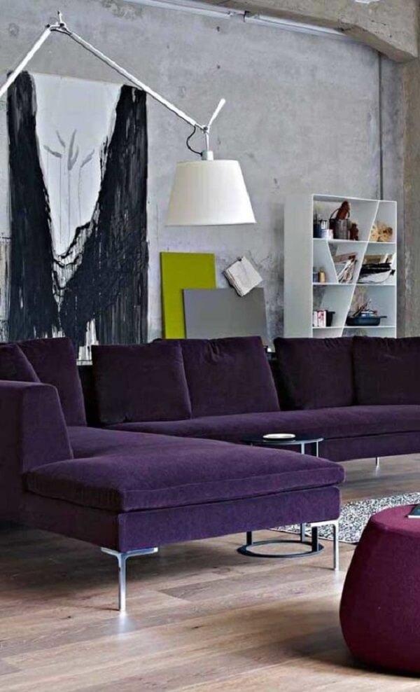 Modelo de sofá de canto roxo com pés metálicos
