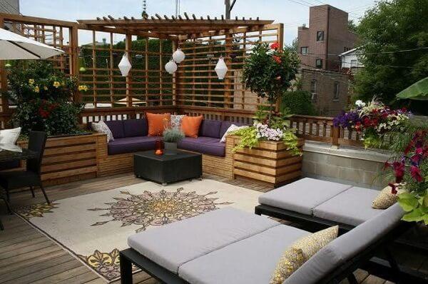 Modelo de sofá de canto roxo traz conforto para área externa