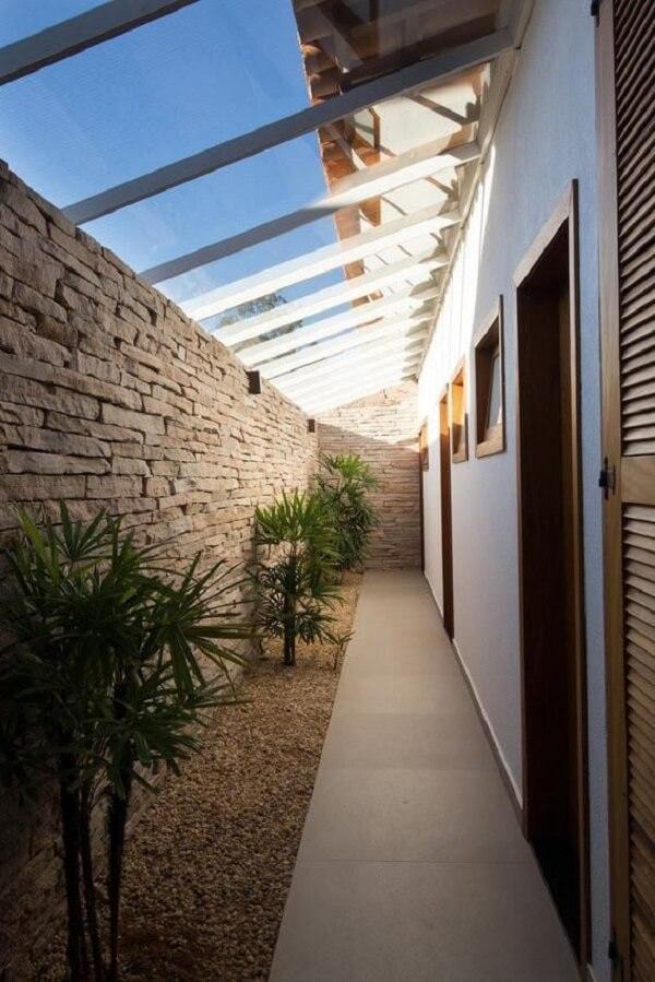 Muro de pedra e luminária para corredor externo preta