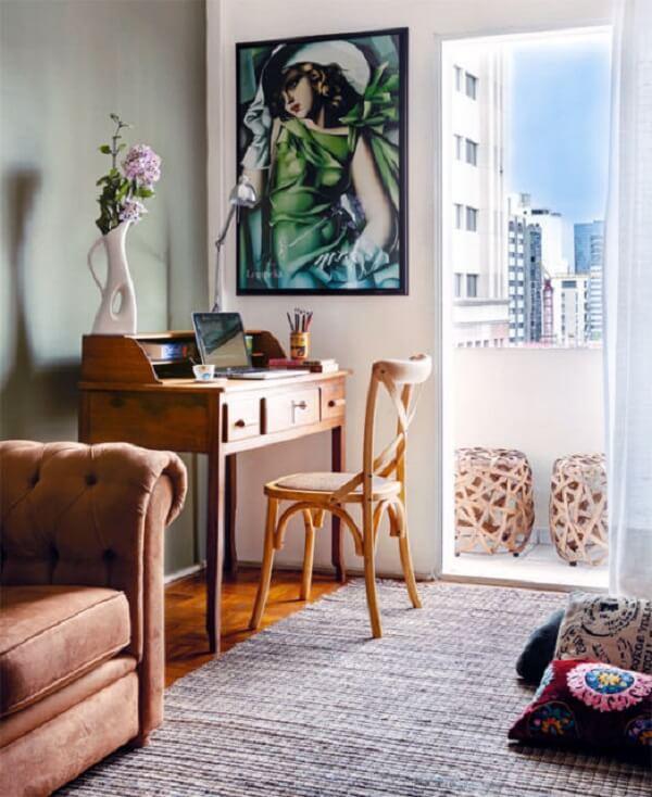 Na falta de espaço no quarto procure acomodar sua escrivaninha de madeira na sala