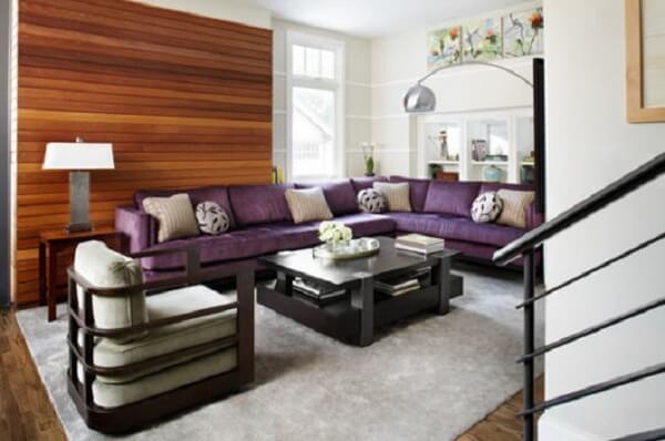 Na presença do sofá roxo a dica é optar por um teto branco para dar amplitude ao espaço