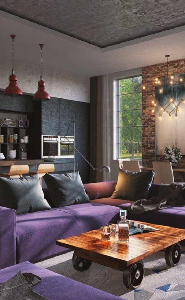 O ambiente sóbrio e moderno ganhou ainda mais personalidade com o sofá de canto roxo