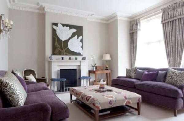 O conjunto de sofá roxo acomoda mais pessoas na sala