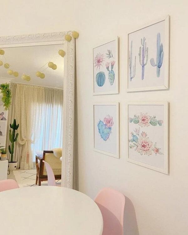 O cordão de luz pode decorar o espelho branco vintage