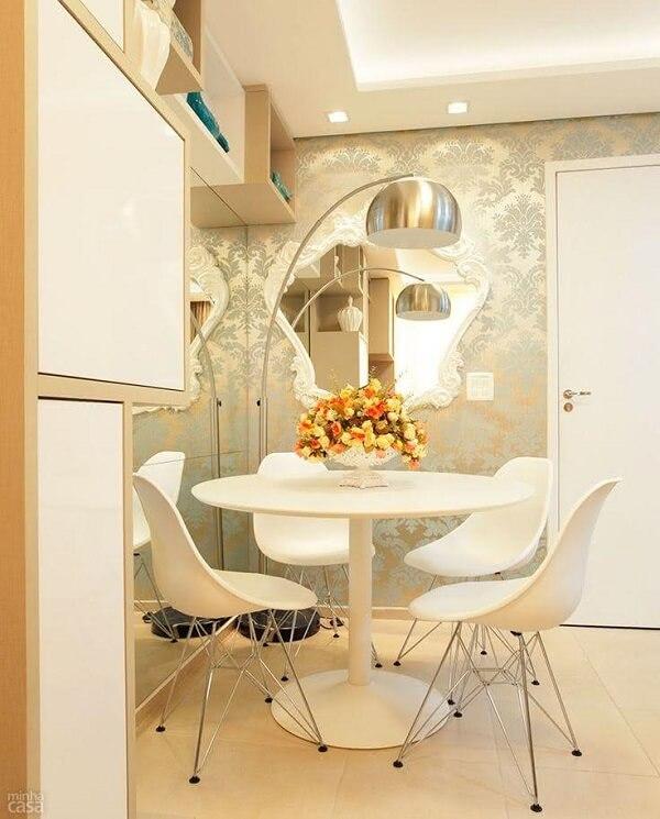 O espelho branco vintage decora a sala de jantar