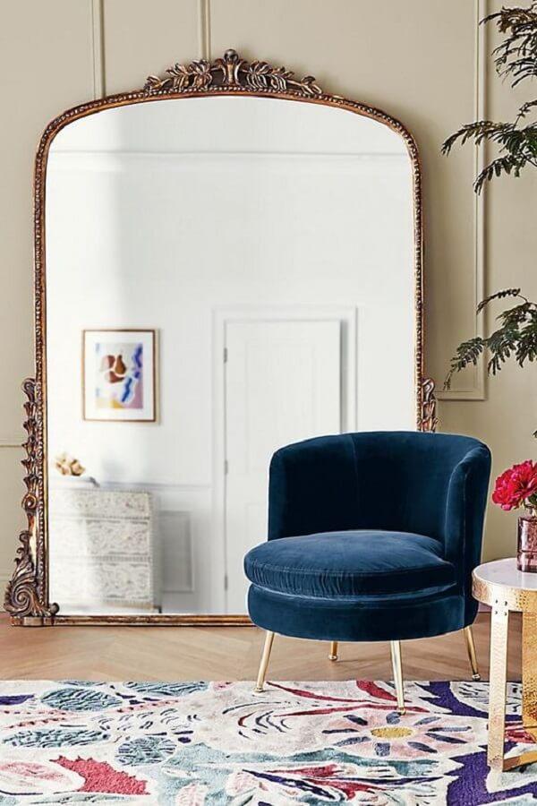 O espelho de chão vintage conta com diversos detalhes